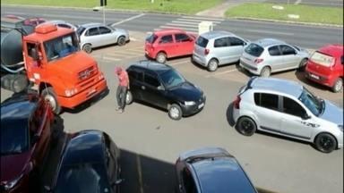 Carros mal estacionados impedem caminhão de passar no Sudoeste - Por causa dos carros parados fora da vaga, no meio do estacionamento, a passagem ficou bloqueada e o caminhão preso. O motorista de um caminhão desce e arrasta os veículos.
