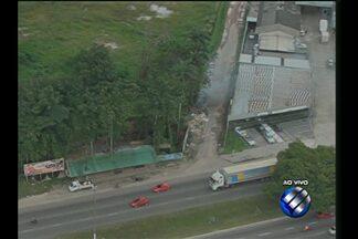 Veja imagens do trânsito na rodovia BR-316, na Grande Belém, nesta segunda-feira (13) - Libcop flagrou lixo sendo queimado indiscriminadamente no quilômetro 3 da rodovia.