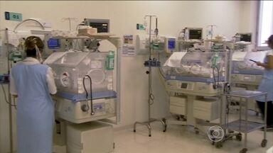 Mulher dá à luz quíntuplos em São Paulo - Foram 40 minutos em que três obstetras, dois anestesistas, cinco pediatras, três enfermeiros, seis técnicos de enfermagem ajudaram os cinco bebês a nascer. Como o parto era de risco, foi utilizada a sala preparada para grandes cirurgias cardíacas.