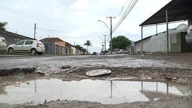 Moradores reclamam dos buracos em ruas do DF - Moradores de Taguatinga estão indignados com a quantidade de buracos em ruas do Distrito Federal. Confira.
