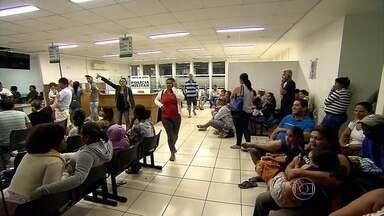 Pacientes reclamam da demora no atendimento em UPA de Vespasiano - Reportagem da TV Globo Minas flagrou centro de saúde lotado de pessoas. Para serem atendidos, havia adultos e crianças de colo.