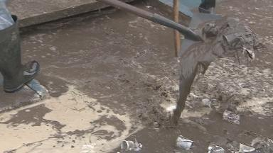 Feirão Popular alaga com chuva e bueiros entupidos de lixo - O Camelódromo de Macapá, agora chamado de Feirão Popular, alagou no fim de semana de chuvas fortes. Os bueiros entupiram por causa do lixo.