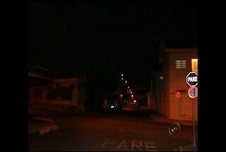 """Problema com ruas sem iluminação em Birigui já dura por 7 meses - A escuridão nas ruas tem preocupado moradores de Birigui (SP) em vários pontos da cidade. O """"jogo de empurra"""" entre prefeitura e a concessionária de energia também tem sido frequente. Em algumas ruas a escuridão já dura sete meses."""