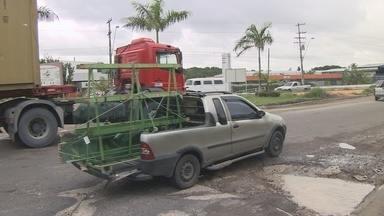 Buracos dificultam trajeto de motoristas na Avenida Buriti, Distrito Industrial de Manaus - Trânsito também fica prejudicado com buracos..