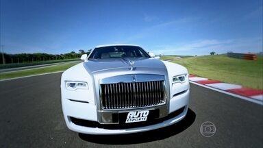 AutoEsporte mostra os detalhes do Rolls-Royce Ghost - A fabricante inglesa aposta no modelo para tirar o dono do carro do banco traseiro para assumir o volante. Falamos sobre como é guiar um carro que soma conforto e performance.