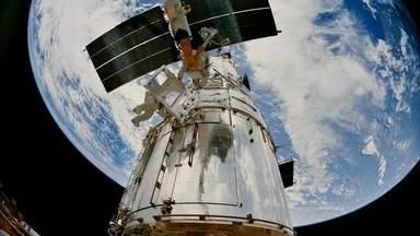 Hubble completa 25 anos registrando imagens incríveis do Universo - Primeiras imagens do instrumento mais avançado da história da astronomia fizeram da Nasa motivo de piadas. Voo de socorro corrigiu o telescópio míope.
