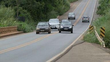 Motoristas reclamam de problemas e perigo em trecho da DF-180 que passa por Samambaia - Segundo eles, o trecho é perigoso e não há fiscalização. Condutores não respeitam a sinalização. Uma erosão ameaça a ponte sobre o rio Melchior.