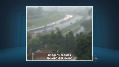 Chuva alaga trecho de pista em Hortolândia no domingo - Choveu forte por volta das 15h30 e carros tiveram problemas mecânicos.