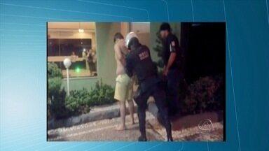Lutador é preso suspeito de matar hóspede em hotel em Campo Grande - O atleta teria ficado transtornado depois de brigar com a namorada. Ele foi preso em flagrante