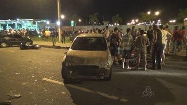 Acidente entre carros e motos deixa um morto e três feridos, em Manaus - Colisão ocorreu na Avenida das Torres; garupa de moto morreu no local.Motocicleta teria perdido controle em alta velocidade, dizem testemunhas.