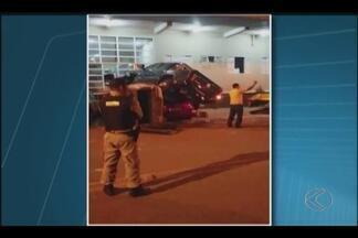 VC no MGTV: Câmera de segurança registra acidente em Monte Carmelo - Caminhonete atinge veículos estacionados na porta de hotel.Motorista e passageiros tiveram ferimentos leves.