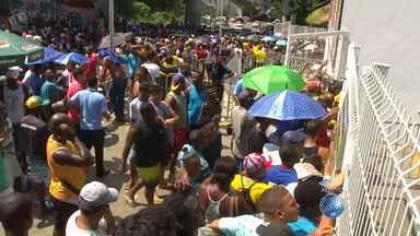 Torcida do Bahia reclama de longas filas para comprar ingressos na Arena Fonte Nova - Torcedores enfrentam o sol forte para comprar os ingressos; confira.