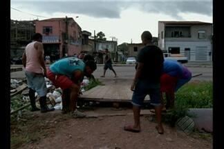 Comunidade reclama de obstáculos que impedem travessia com segurança na av. João Paulo II - Neste fim de semana, os moradores decidiram quebrar a mureta que protegia uma tubulação da Cosanpa e construíram uma ponte.