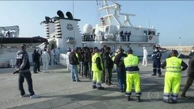 Guarda Costeira italiana resgata mais seis barcos de imigrantes no Mar Mediterrâneo - Na madrugada desta terça-feira (21), a Guarda Costeira italiana resgatou mais seis barcos de imigrantes que tentavam fazer a travessia do Mediterrâneo. Pelo menos 850 pessoas podem ter morrido em um naufrágio no fim de semana.