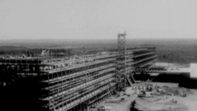 Veja como foi a construção de Brasília - Foram 3 anos e 10 meses de trabalho para construir a capital. Ao todo, a construção custou 300 bilhões de cruzeiros, o equivalente a 14 bilhões de reais.