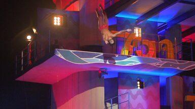 Jesus Luz em câmera lenta - Salto do modelo no Saltibum da plataforma de 7.5