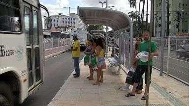 Após uma semana da implantação, usuários reclamam do corredor exclusivo de ônibus - Corredor foi implantado no dia 18 de abril. Usuários reclamam da demora, do desrespeito às paradas pelos motoristas.