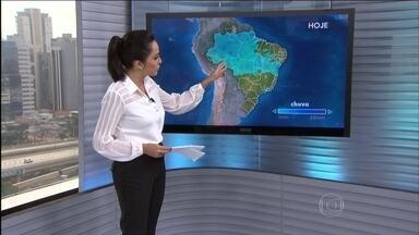 Previsão é de chuva no Recôncavo Baiano, no leste do Amapá e parte do Amazonas - A zona de convergência de umidade concentra as nuvens de chuva da Bahia até Rondônia. O sol aparece entre nuvens de Sergipe até o Rio Grande do Norte, e entre o Rio Grande do Sul, Mato Grosso do Sul e o sul do Espírito Santo.