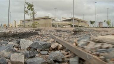 Arena Pantanal, em Cuiabá, está abandonada - O lixo se acumula em volta do estádio construído para a Copa do Mundo 2014. A entrada para o estacionamento está sem portão. Parte do complexo foi invadido por moradores de rua. A obra custou mais de R$ 600 milhões.