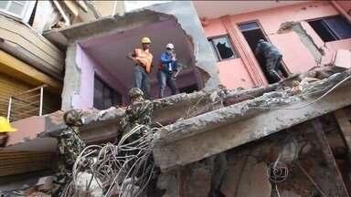 Equipes de resgate do Nepal correm contra o tempo - Katmandu sofre para se reerguer. A cidade devastada pelo terremoto nesta terça-feira (28) enfrentou chuva forte. Em um acampamento para desabrigados, famílias inteiras querem apenas uma lona para se proteger.