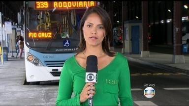 Homem é preso ao molestar adolescente em ônibus do BRT, no Rio - Uma jovem foi assediada e abusada na noite de terça-feira (18) dentro de um ônibus do BRT. A jovem desmaiou quando percebeu que estava sendo assediada, Uma idosa percebeu e chamou a polícia.