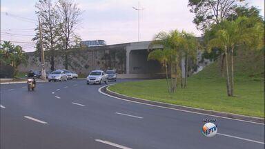 Veja o fluxo de veículos no trânsito de Ribeirão Preto, SP - Confira o tráfego de carros na Avenida Presidente Kennedy.