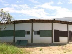 Escola que já deveria ter sido inaugurada está abandonada em Palhoça - Escola que já deveria ter sido inaugurada está abandonada em Palhoça