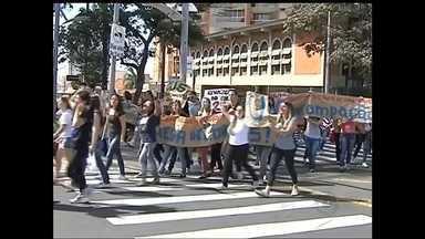Alunos da Famema protestam contra corte de repasse em Marília - Alunos da Faculdade de Medicina de Marília (SP) fizeram um protesto nesta terça-feira (29). Eles são contra um corte feito governo do estado de 25% no dinheiro repassado a Famema e os alunos também pedem que a faculdade seja uma extensão da Unesp ou USP.