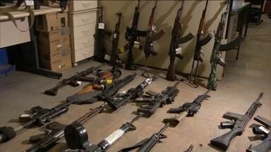 Polícia do Rio descobre nova rota do tráfico internacional de armas - Em 2015, 126 fuzis foram apreendidos no RJ. Desse total, 35 são do modelo AK 47, o tipo mais vendido no mercado negro. Uma investigação descobriu que a maioria dessas armas quase novas, do modelo AK 47, tem entrado no Brasil pela Venezuela.
