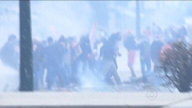 Protesto de professores em Curitiba termina em tumulto - O tumulto aconteceu durante a sessão da Assembleia Legislativa do Paraná que aprovou o projeto que altera o plano de previdência dos servidores do estado. A polícia usou bombas de gás e balas de borracha para conter os manifestantes.
