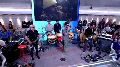 Nação Zumbi canta a música 'Cicatriz' - Banda anima plateia e convidados