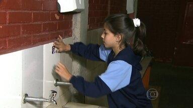 Escolas públicas e particulares participam de gincana para economizar água - A gincana reúne 50 mil estudantes de escolas de 20 cidades do estado de São Paulo. Vence quem gastar menos água. A iniciativa é de uma agência de publicidade que fez parcerias com a Sabesp e uma empresa que fabrica materiais para banheiro e cozinha.