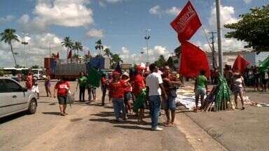 Protesto de trabalhadores marcam o feriado do Dia do Trabalho em Maceió - Manifestantes se reuniram e sairam em passeata pelas ruas da cidade. Principal motivo do protesto é a recusa à terceirização de atividades.