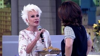 Ana Maria Braga faz surpresa para Fátima e aparece no palco - Apresentadora leva coxinha sem massa para a apresentadora