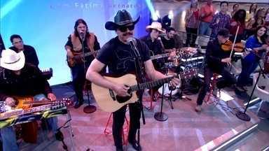Eduardo Araújo canta 'Sonhos e Ilusões em mim' - Cantor anima convidados com canção