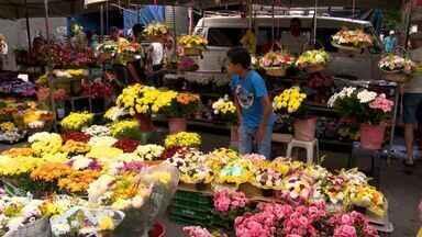 Feira livre de Vitória vende flores para o Dia das Mães - Procura dos consumidores surpreendeu os floristas. Preço da rosa varia de R$ 2 (o botão) a R$ 50 (o bouquet).