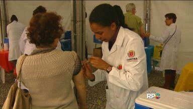 Vacina contra a gripe é aplicada em Curitiba - Postos de vacinação foram montados no Centro de Curitiba para imunizar principalmente crianças com idade de até cinco anos e idosos.