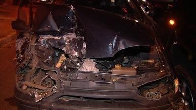 Vítima reage a assalto e bate contra a motocicleta do suspeito, em Goiânia - Homem não se feriu na queda e tentou fugir, mas foi preso por PM de folga.Para delegado, motorista se arriscou ao defender patrimônio.