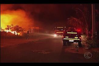 Após 3 horas, incêndio em centro de reciclagem de Uberlândia é controlado - Cooperativa diz que perdeu 80 toneladas de material reciclável. Hipótese de incêndio criminoso não é descartada, segundo Bombeiros.