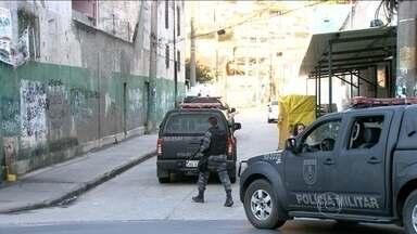 Polícia reforça patrulhamento no Morro da Coroa (RJ) após tiroteio que matou 4 pessoas - Quatro pessoas morreram e cinco ficaram feridas num tiroteio entre quadrilhas no Centro do Rio. O confronto começou quando bandidos do Morro da Fallet tentaram invadir a comunidade. Os dois morros têm UPPs.