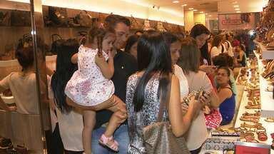 Movimentação em shopping de Campina Grande aumenta na véspera do dia das mães - Teve até espaço de beleza para as mães.