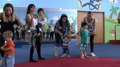 Na véspera do Dia das Mães, filhos fazem ginástica com as mães em Goiânia - Atividade é uma forma de interação entre filhos e mães.
