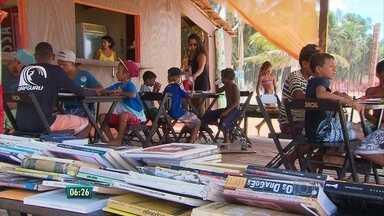 Praia vira cenário para projeto de iniciação à leitura em PE - Saiba como fazer para doar livros.