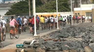 Integrantes do Ocupe Estelita fazem passeio ciclístico no domingo - No percurso eles pararam para discutir a importância do patrimônio.
