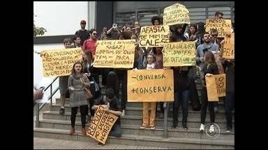 Estudantes e músicos protestam contra demissão de professores do Conservatório de Tatuí - Mais de 100 estudantes e músicos do Conservatório de Tatuí (SP) fizeram um protesto contra a demissão de professores nesta segunda-feira (18). Eles também reclamam que houve suspensão de bolsas.