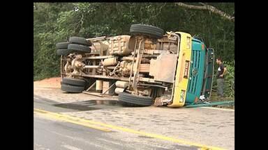 Caminhão tomba na Rodovia Everaldo Martins na Comunidade Caranazal - Houve apenas danos materiais.