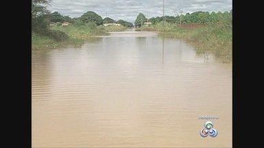 Ruas continuam alagadas em bairro de Guajará-Mirim - Após construção na BR-425, falta de sistema de drenagem alagou inúmeras casas de um bairro da cidade.