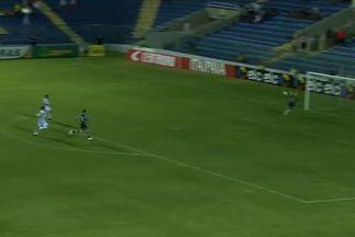 Ricardinho corre com a bola e arrisca o chute perto do gol de João Ricardo - Ricardinho corre com a bola e arrisca o chute. A bola passa muito perto do gol de João Ricardo!