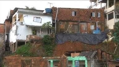 Famílias que moram em áreas de risco de Salvador cobram ajuda Defesa Civil - Nas últimas três semanas, 21 pessoas morreram por causa dos temporais na capital baiana. O volume de chuva deste mês é o maior dos últimos 20 anos.