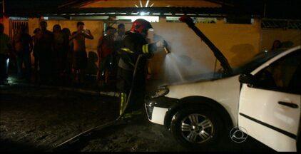 Carro é incendiado no bairro de Cruz das Armas, em João Pessoa - O motorista do veículo diz não saber o que pode ter causado o fogo.